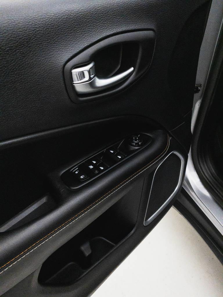 Foto numero 18 do veiculo Jeep Compass SPORT 2.0 4x2 Flex 16V Aut. - Prata - 2019/2019